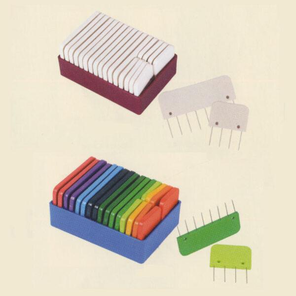 Boîtes de peignes de blocage Knit Pro, une boîte rose contenant des peignes blancs et une boîte bleue contenant des peignes aux couleurs de l'arc-en-ciel