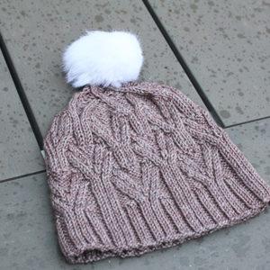 Présentation du bonnet à torsades et pompon Nival de Julie Partie