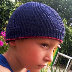 Présentation de la face à mailles croisées du bonnet réversible pour bébé, adulte et enfant Winter in August de Julie Partie