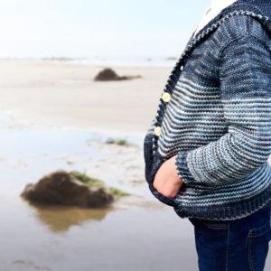 Gilet Malo de Julie Partie, patron de tricot pour un gilet enfant à rayures, poches et capuche