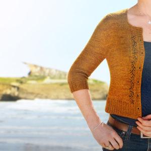 """Gilet Melaine de Julie Partie, patron de tricot pour un gilet court """"crop"""" à manches 3/4 avec détail de dentelle"""