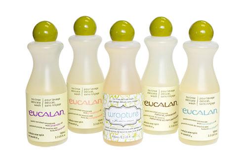 Présentation de 5 flacons de lessive sans rinçage Eucalan, dans différents parfums