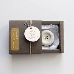 Porte-épingles en céramique aimanté Cohana, en forme de gros bouton, blanc, dans sa boîte