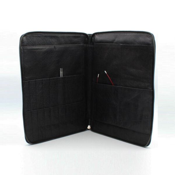 Présentation de la pochette à aiguilles en cuir de la marque Muud, coloris noir, ouverte