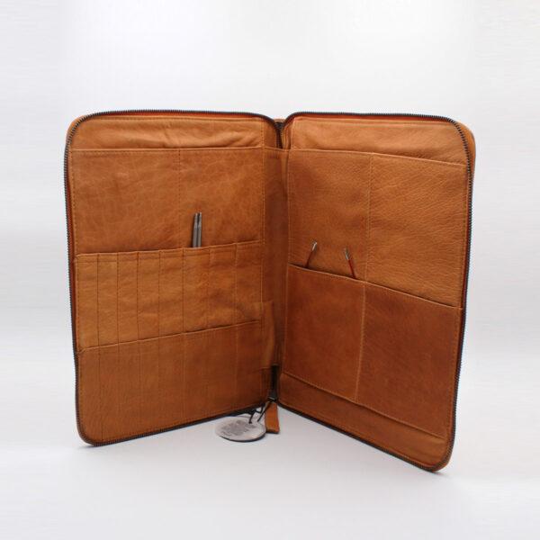 Présentation de la pochette à aiguilles en cuir de la marque Muud, coloris whisky, ouverte