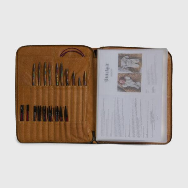 Présentation de la pochette à aiguilles en cuir de la marque Muud, coloris whisky, ouverte et remplie
