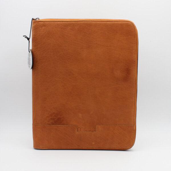 Présentation de la pochette à aiguilles en cuir de la marque Muud, coloris whisky, fermée