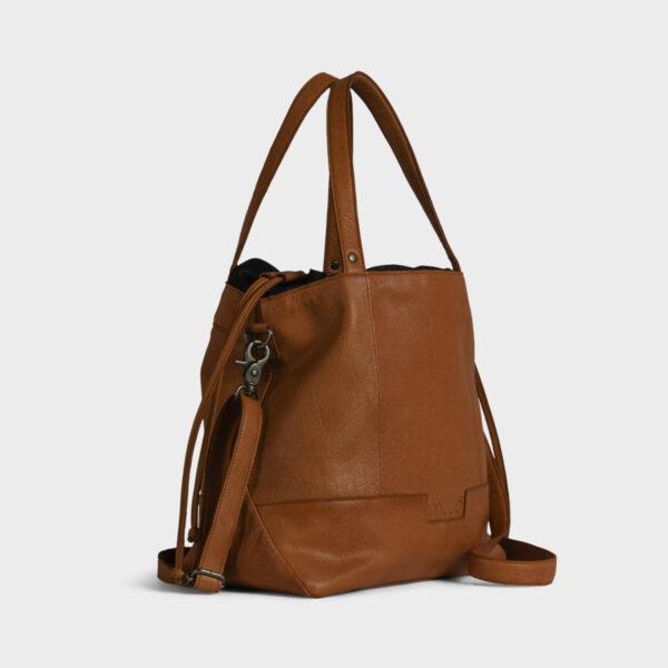 Présentation d'un sac à projet à bandoulière en cuir de la marque Muud, coloris Whisky