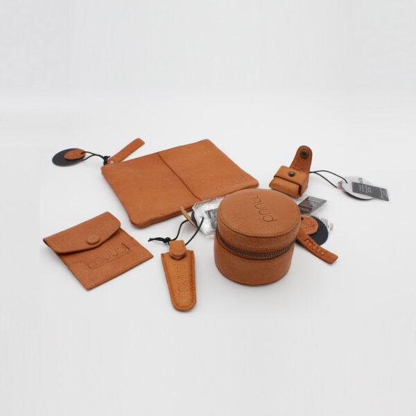 Présentation de 5 accessoires en cuir de la marque Muud coloris whisky