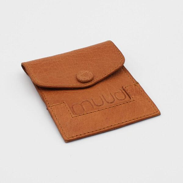Petite pochette à aiguilles Bergen en cuir gravée du nom de la marque Muud, coloris whisky