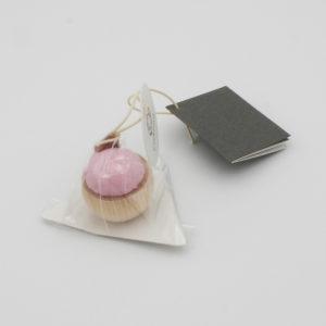 Mini pique-épingles Cohana, avec base de cyprès et tissu banshu rose, dans son emballage