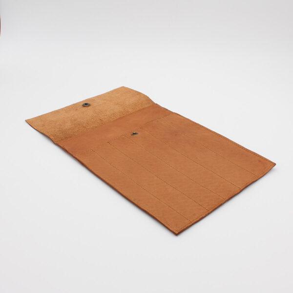 Présentation de la petite pochette à compartiments pour aiguilles circulaires interchangeables en cuir Oslo de la marque Muud, coloris Whisky