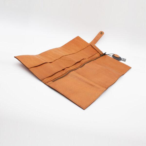Présentation de la pochette pour aiguilles circulaires interchangeables en cuir Stockholm de la marque Muud, coloris Whisky, ouverte