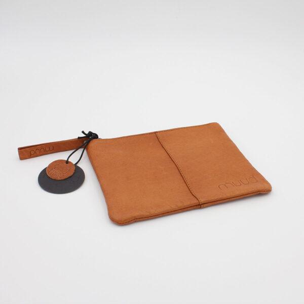 Présentation de la pochette en cuir Wind, de la marque Muud, coloris Whisky