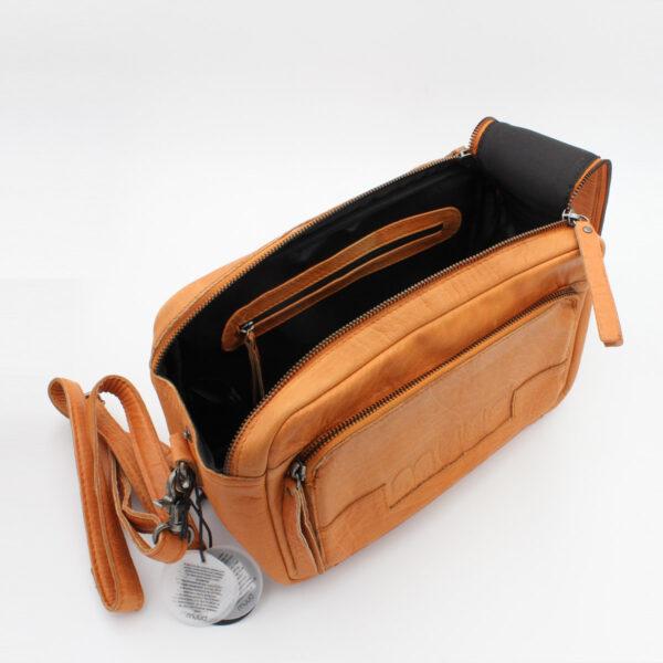 Présentation d'un sac à projet Stavanger de la marque Muud, format trousse à double zip, de couleur whisky, ouvert