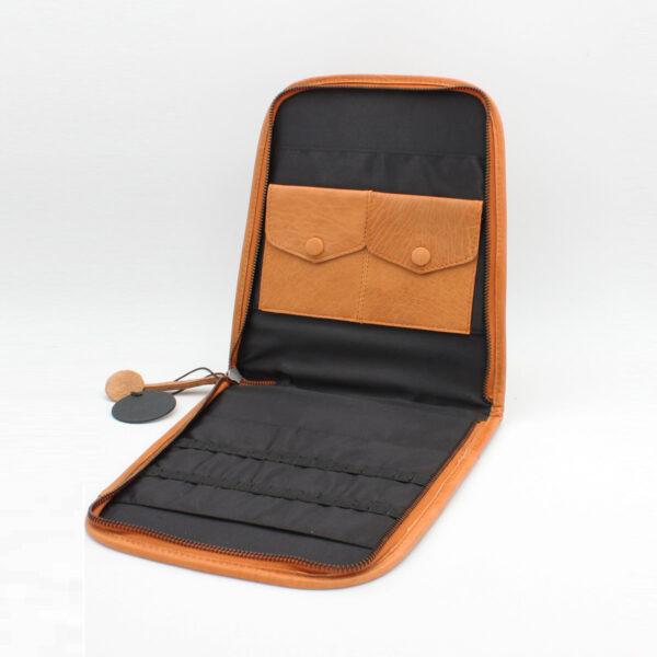 Présentation d'une pochette de rangement à compartiments multiples Trondheim, de la marque Muud, coloris whisky, ouverte