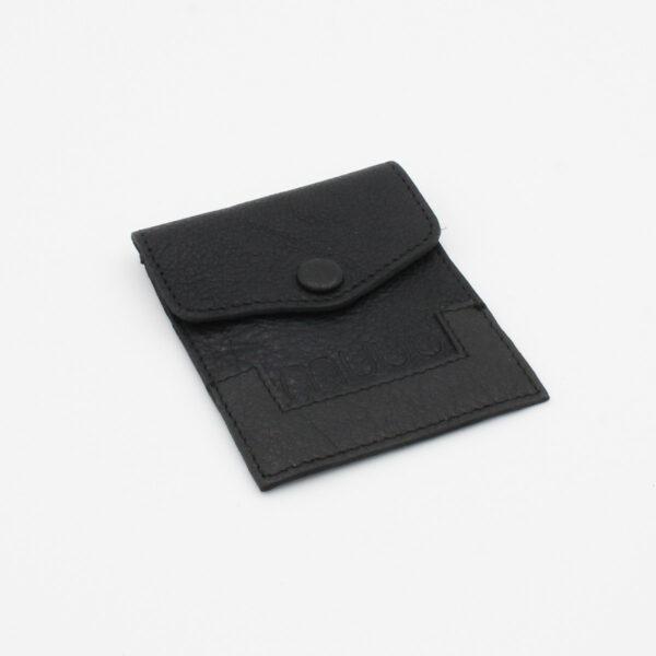 Petite pochette à aiguilles Bergen en cuir gravée du nom de la marque Muud, coloris noir