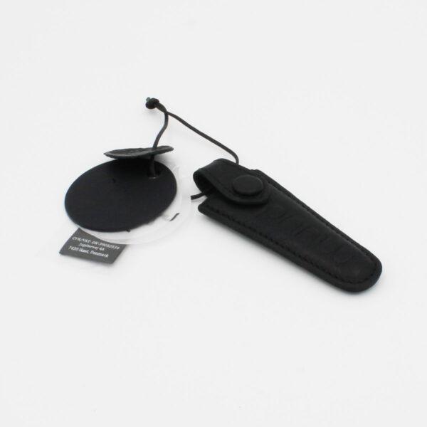 Présentation d'un étui pour ciseaux Espoo, en cuir, de la marque Muud, coloris Noir, vide