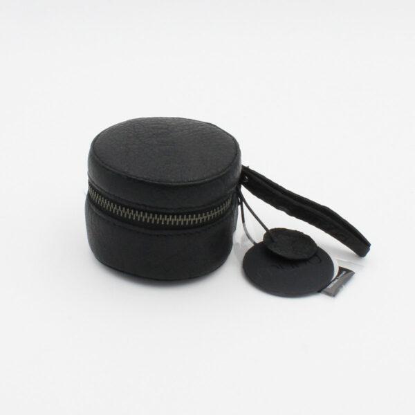 Présentation de la petite bourse cylindrique à fermeture éclair Helsinki de la marque Muud, en cuir couleur noir
