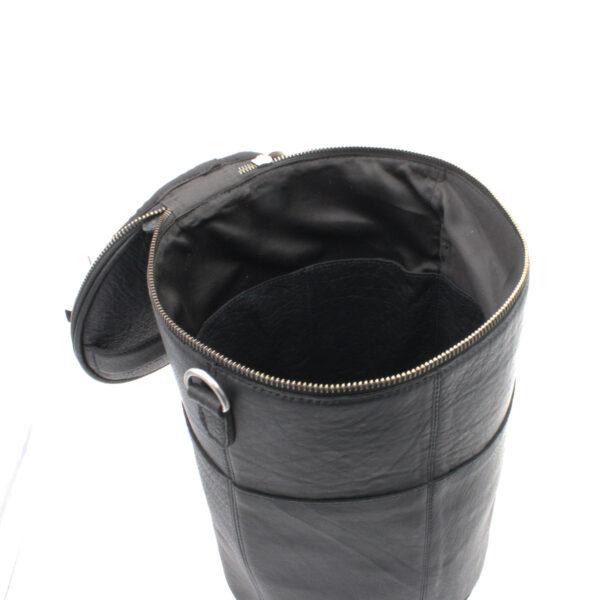 Présentation d'un sac à projet Saturn de la marque Muud, en cuir, coloris noir, ouvert