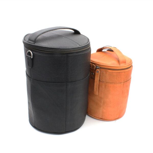 Présentation de deux sacs à projet Saturn, en deux tailles différentes, de la marque Muud, en cuir, coloris noir et whisky
