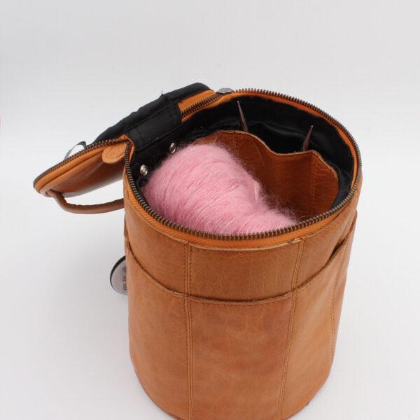 Présentation d'un sac à projet Saturn de la marque Muud, en cuir, coloris whisky, ouvert
