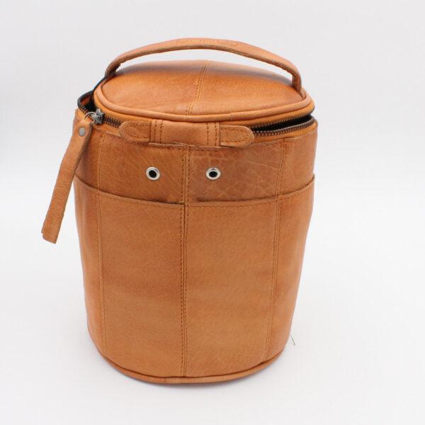 Présentation d'un sac à projet Saturn de la marque Muud, en cuir, coloris whisky