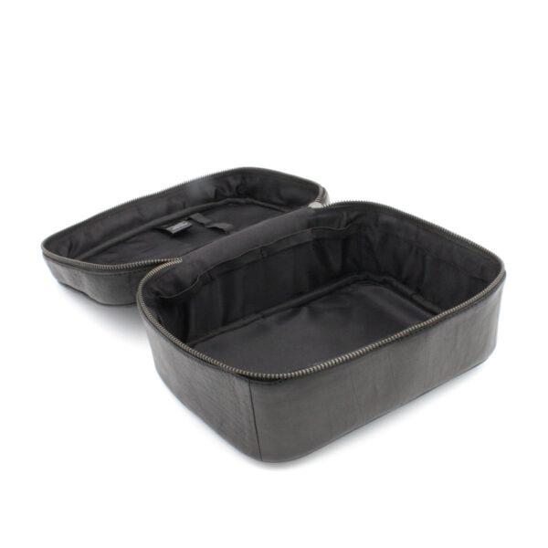 """Présentation d'un sac à projet Shadow, format """"trousse de toilette"""", en cuir noir, de la marque Muud, ouvert"""