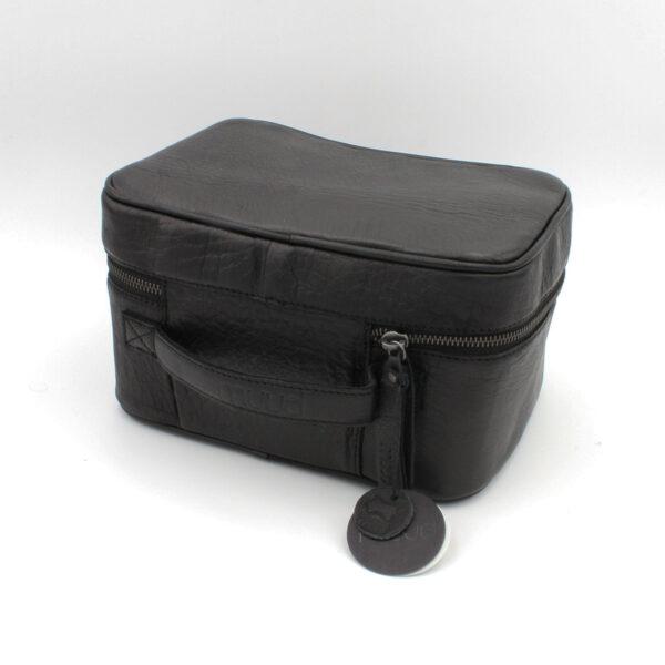 """Présentation d'un sac à projet Shadow, format """"trousse de toilette"""", en cuir noir, de la marque Muud"""
