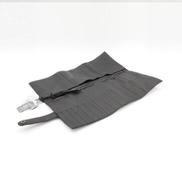 Présentation de la pochette pour aiguilles circulaires interchangeables en cuir Stockholm de la marque Muud, coloris Noir, ouverte