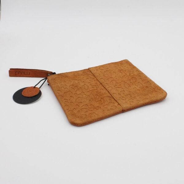 Présentation de la pochette en cuir texturé à motif animal Wind, de la marque Muud, coloris Whisky