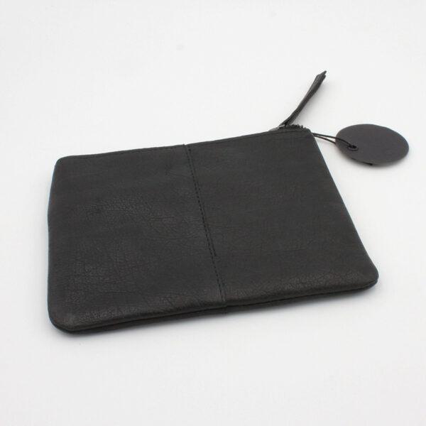 Présentation de la pochette en cuir Wind, de la marque Muud, coloris noir