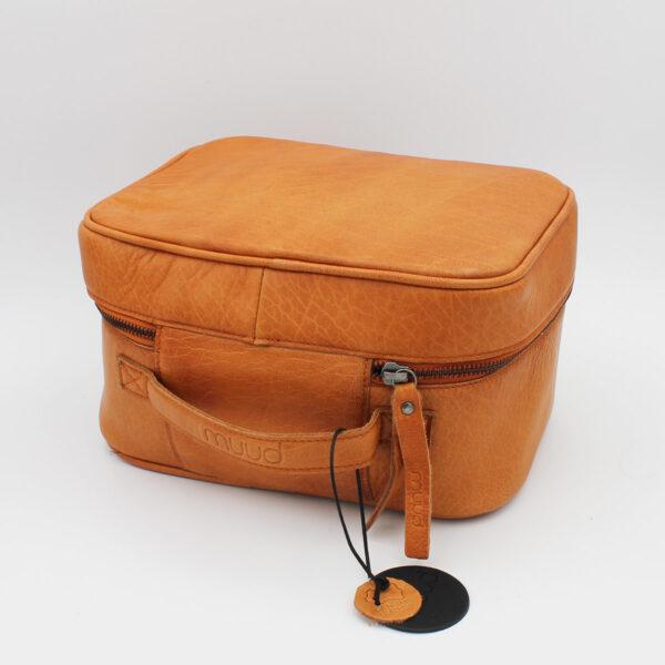 """Présentation d'un sac à projet Shadow, format """"trousse de toilette"""", en cuir whisky, de la marque Muud"""