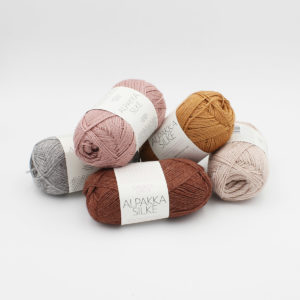 5 pelotes d'Alpakka Silke de Sandnes Garn, dans les coloris Grey, Dusty Pink, Powder Pink, Golden Brown et Host