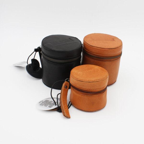 Présentation de trois petites bourses en cuir Rock et Helsinki de la marque Muud, coloris Whisky et Noir