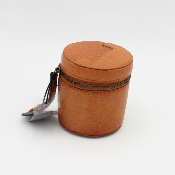 Présentation d'une petite bourse en cuir Rock de la marque Muud coloris Whisky
