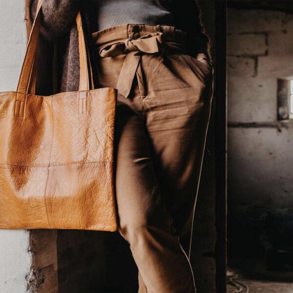 Présentation d'un sac cabas Show de la marque Muud en cuir couleur whisky, porté