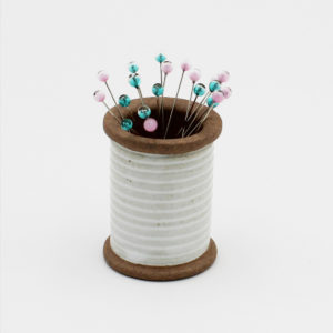 Rangement en forme de bobine aimantée porte aiguilles de la marque Cohana