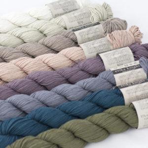 Huit écheveaux de Studio Linen d'Erika Knight de couleurs différentes