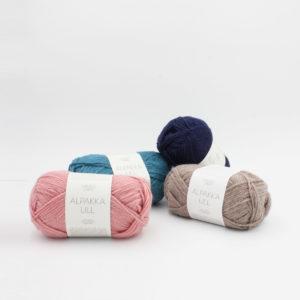4 pelotes de fil Alpakka Ull de Sandnes Garn sur fond blanc, dans les coloris Dusty Pink, Petrol, Dark Blue et Beige Mottled