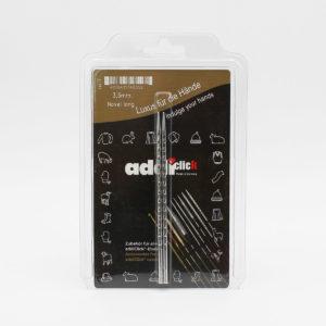 Une paire de pointes métalliques texturées pour aiguilles circulaires interchangeables Addi Novel dans leur packaging