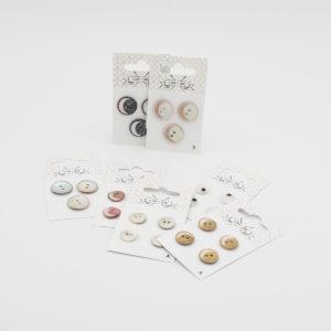 Présentation de plusieurs cartes de boutons en nacre de la marque Com'1 Idée