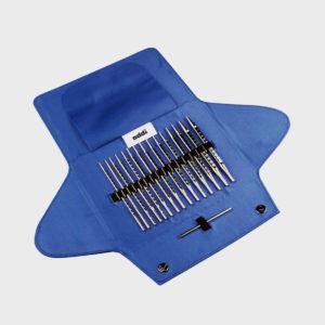 Présentation de la pochette en tissu bleu électrique du kit Addi Novel avec ses pointes