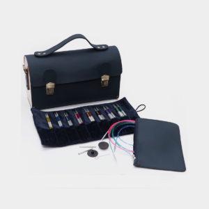 """Présentation du kit Smart Stix de Knit Pro et de sa pochette format """"cartable"""" noire, avec insert velours pour ranger les pointes en acier coloré et pochette à zip pour les accessoires"""