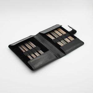 Présentation du kit d'aiguilles double-pointes Lykke en bois coloris Driftwood dans sa pochette
