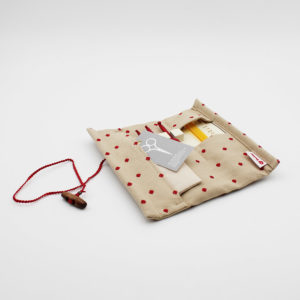 Présentation de la pochette en tissu beige à pois rouges du kit Etimo Red de Tulip avec crochets et accessoires