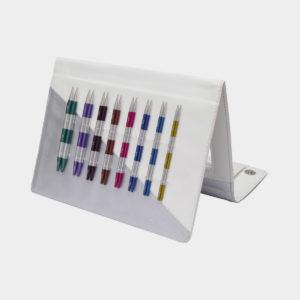 Présentation des pointes colorées du kit Smart Stix Deluxe de Knit Pro dans leur pochette de rangement blanche