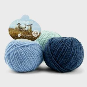 Trois pelotes d'Organic Cashmere de Pascuali dans des tons de bleu assortis