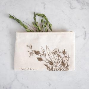 """Présentation de la pochette en tissu imprimé """"nature"""" de Twig & Horn"""