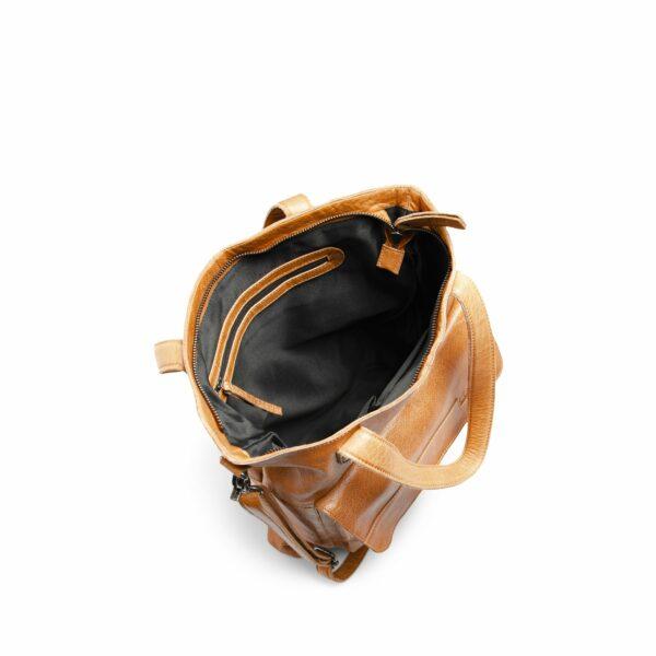 Présentation de l'intérieur du sac à bandoulière Arendal de la marque Muud, en cuir coloris Whisky